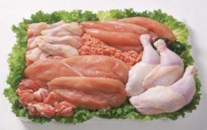 Працівник на розбір м'яса птиці